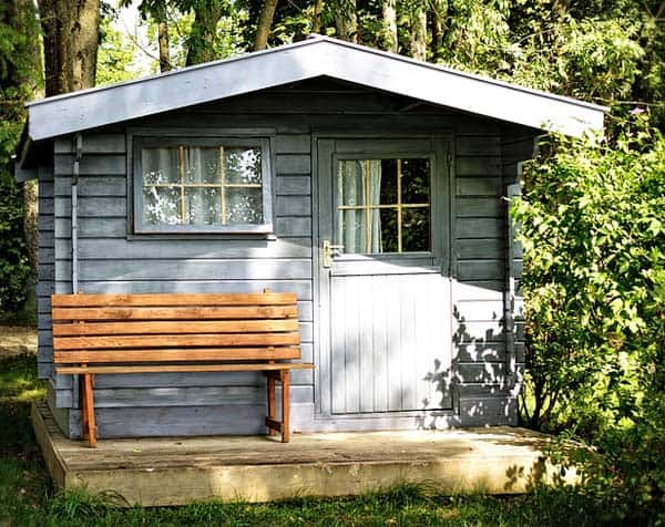 Gartenhaus mit Gartenbank