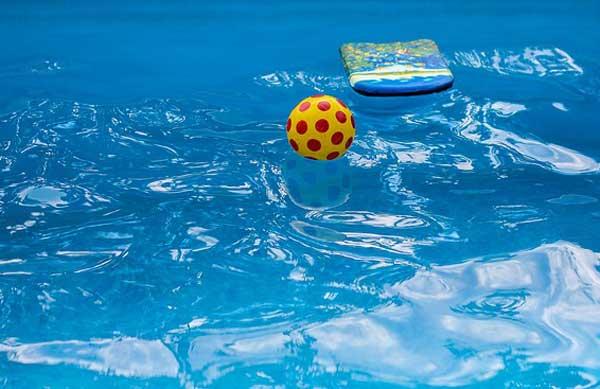 Poolspaß im sauberen Pool-Wasser