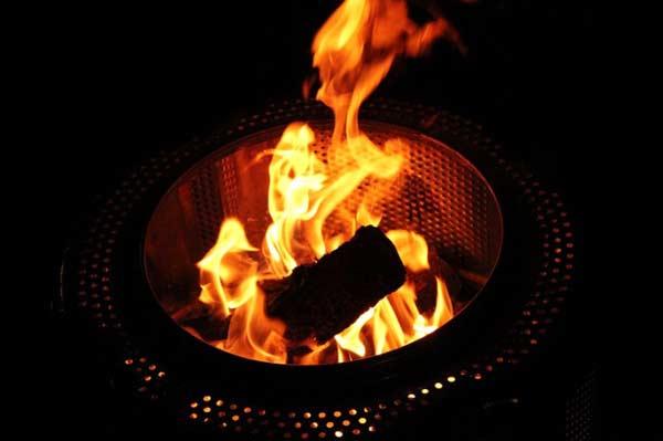 Ein Feuerkorb steht für Wärme und Lagerfeueromantik im Garten