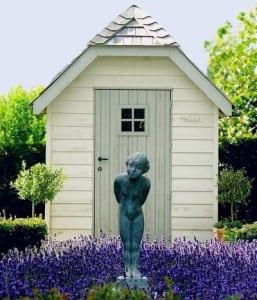 Ein eigenes kleines Gartenhäuschen wertet den Garten auf und bringt Platz für Gartengeräte
