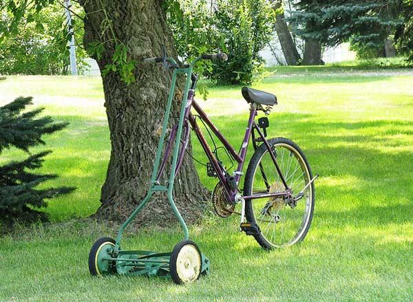 Kräfte sparen: Der Spindelrasenmäher am Fahrrad