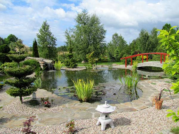 Zen Garten mit vielen typischen Gestaltungselementen
