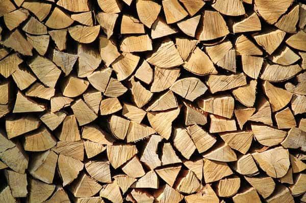 Brennholz muss in einem Kaminholzregal fachgerecht zur Trocknung gelagert werden